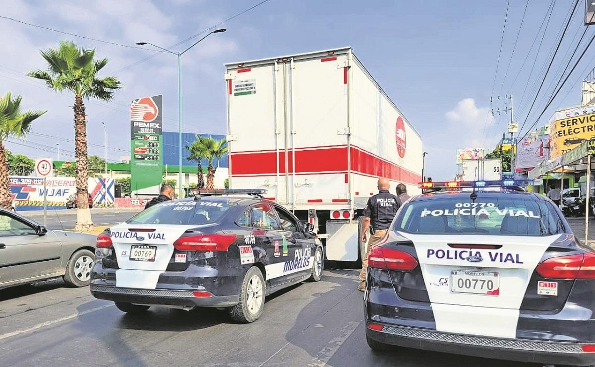 Policías detienen y golpean a conductor de tráiler en Morelos, por presunto accidente vial