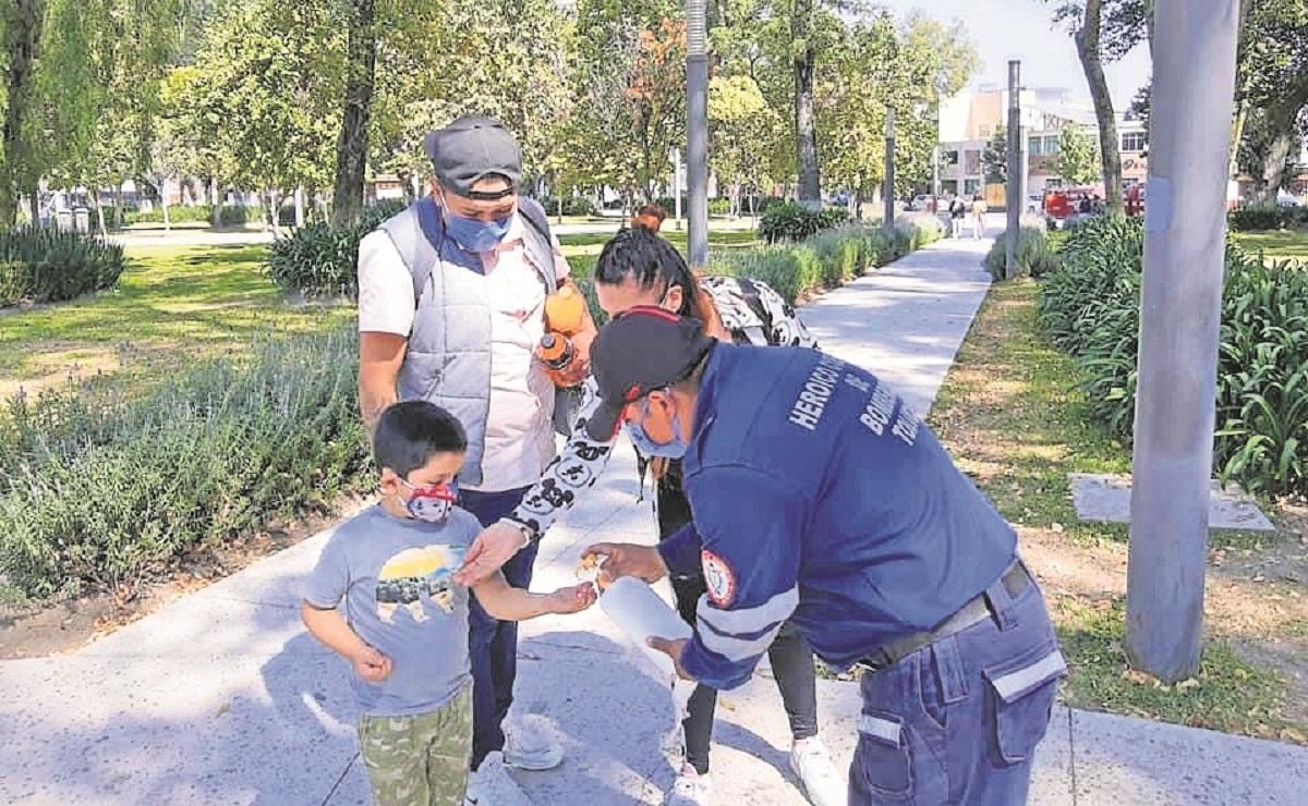 Protección Civil y Bomberos de Toluca reparten gel y cubrebocas en lugares públicos