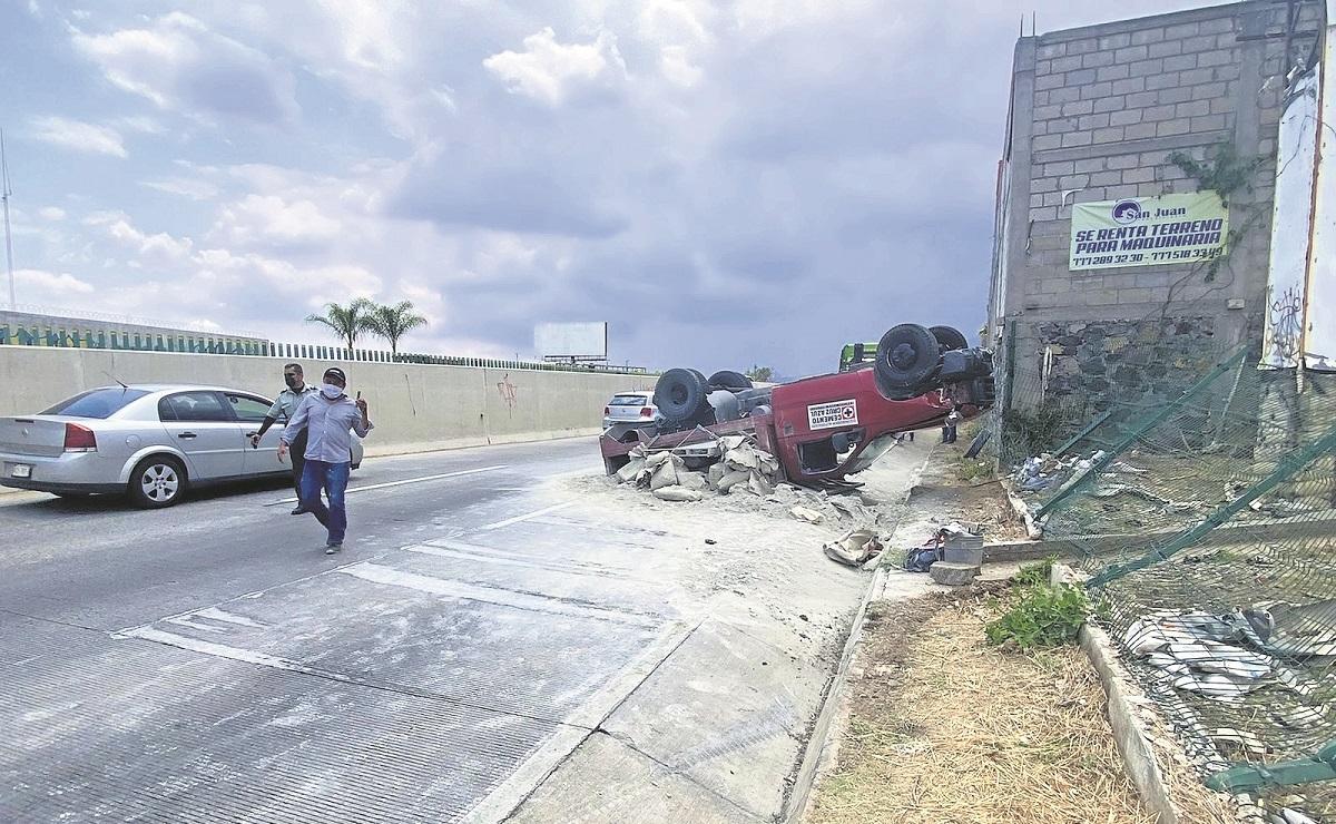 Vuelca camioneta de carga con bultos de cemento en Paso Exprés, en Morelos
