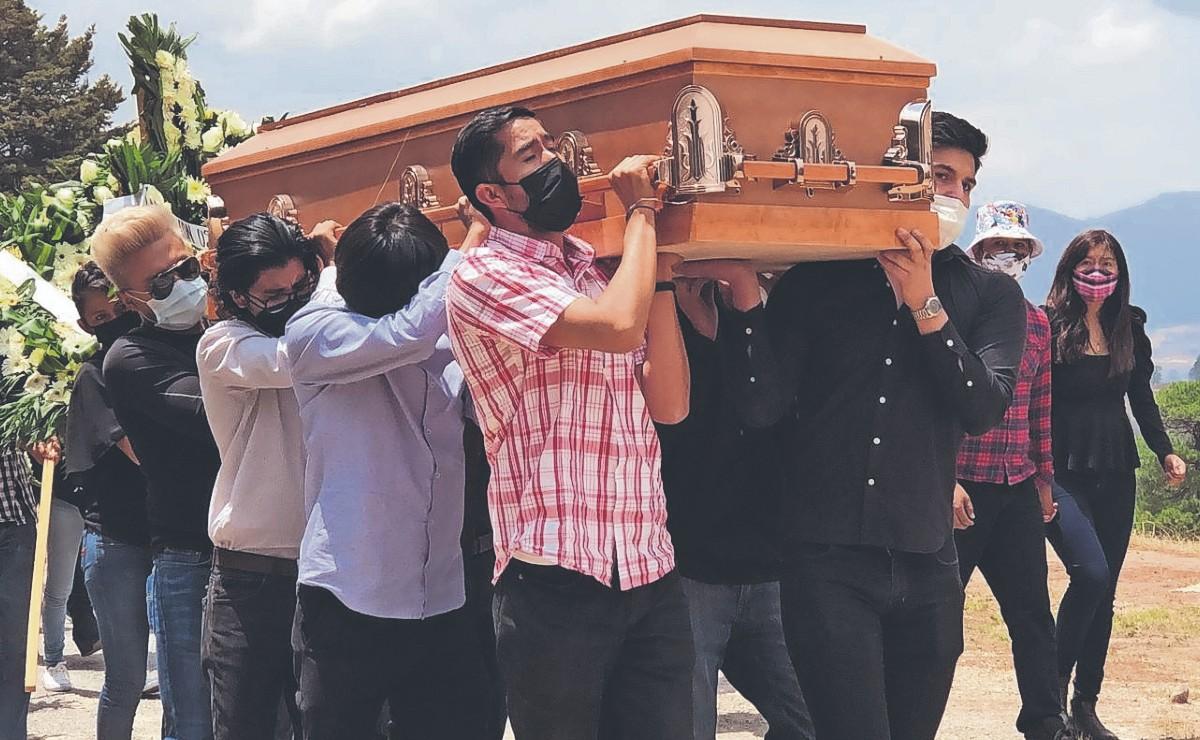 Familiares y amigos sepultan a joven universitario asesinado en el Estado de México