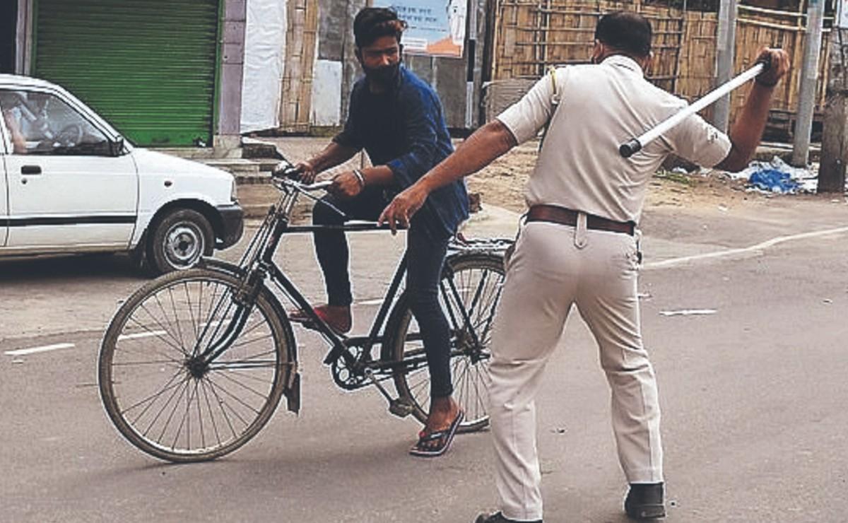 Castigan con golpes a quienes no respeten el toque de queda por casos de Covid, en India