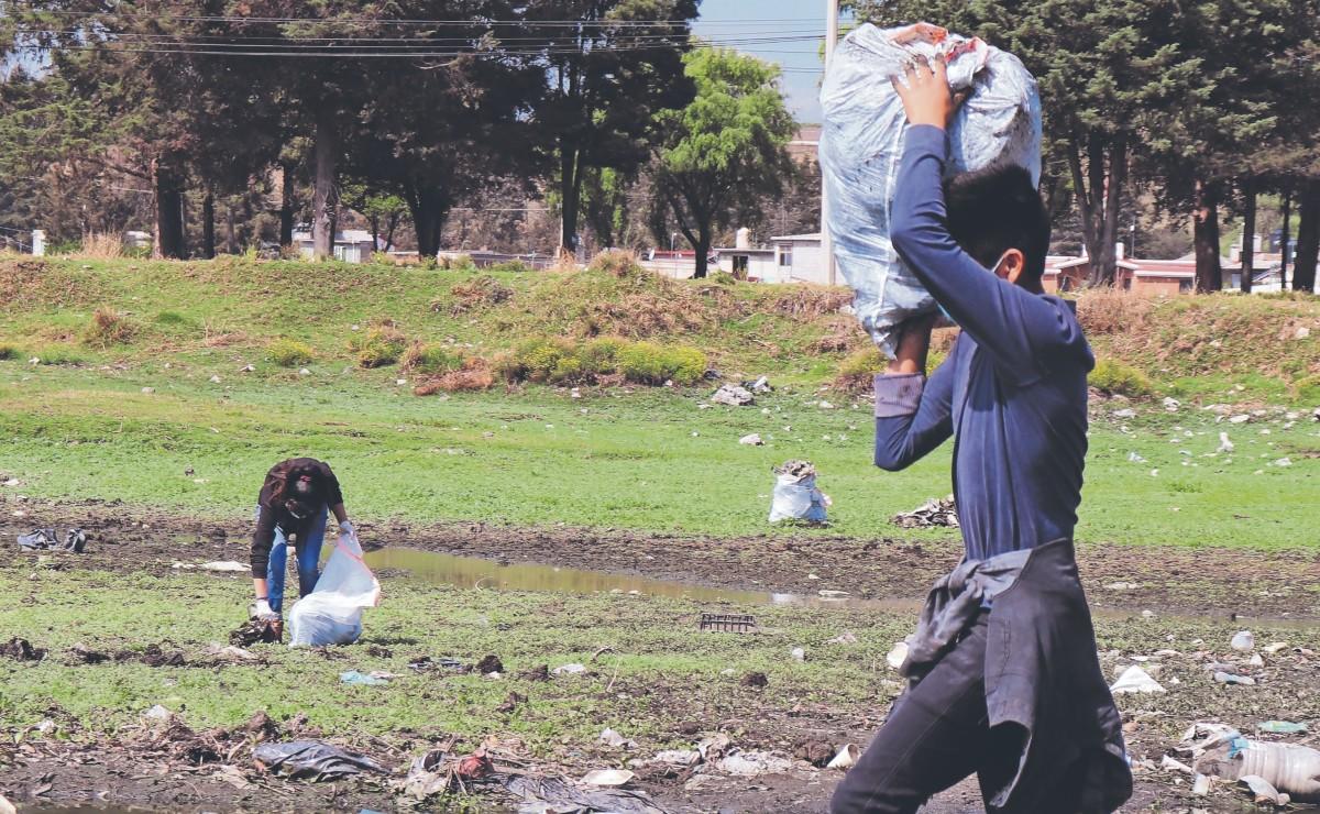 Con picos y palas, vecinos sacan 3 toneladas de basura del bordo de San Jerónimo, Edomex