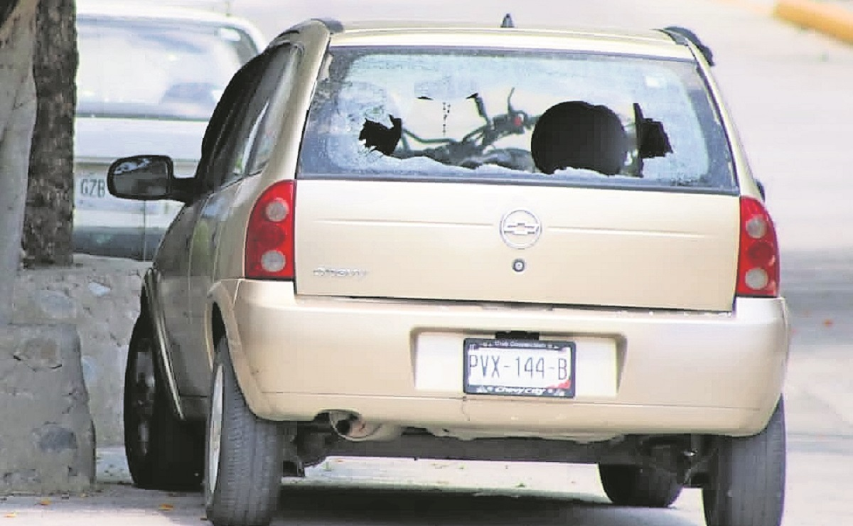 Servidor público libra lluvia de balas en Morelos, sicarios le dispararon con dos armas