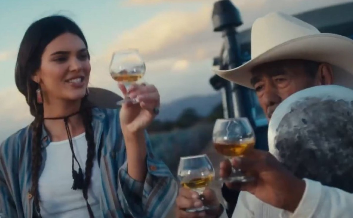 Tunden a Kendall Jenner por ponerse rebozo, trenzas y tomar tequila en copa en este video