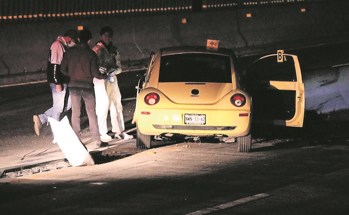 Conductor pierde la vida tras estampar su auto contra el muro de contención, en Morelos
