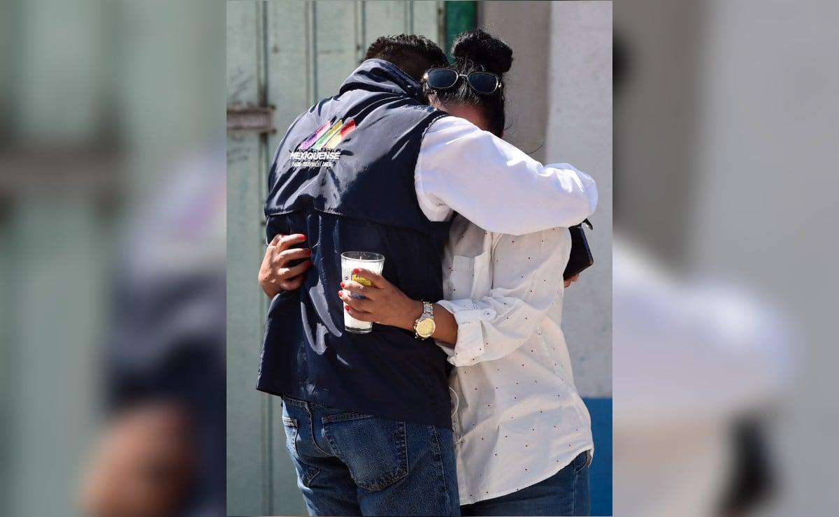 Reportero consuela a mujer durante investigación en casa de feminicida serial de Atizapán