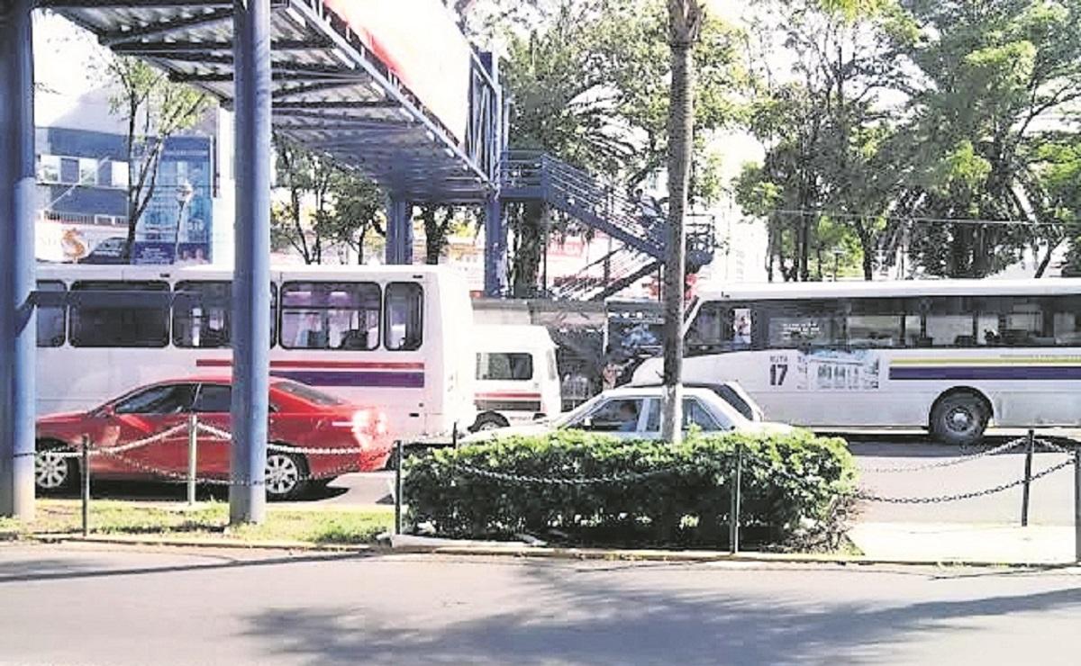 Usuarios y choferes del transporte público relajan medidas sanitarias en Morelos