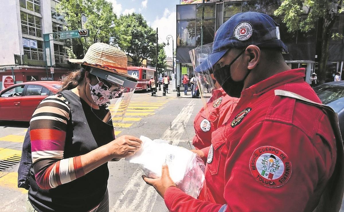 Paramédicos y bomberos acuden a vacunarse contra Covid en Toluca, hoy es el último día