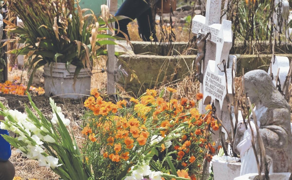 Vecinos de San Pablo Autopan denuncian que llevan 20 años con sus cementerios colapsados