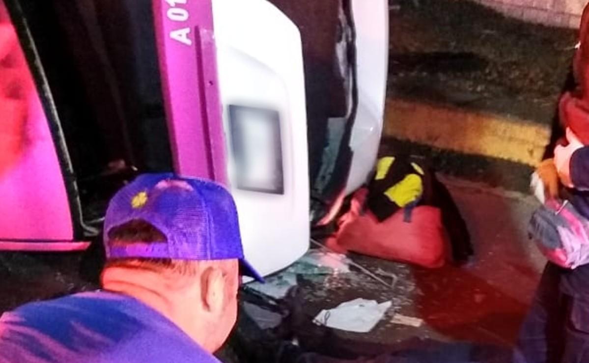 Vuelca en el Edomex un taxi en el que viajaban dos policías de la CDMX, uno de ellos murió