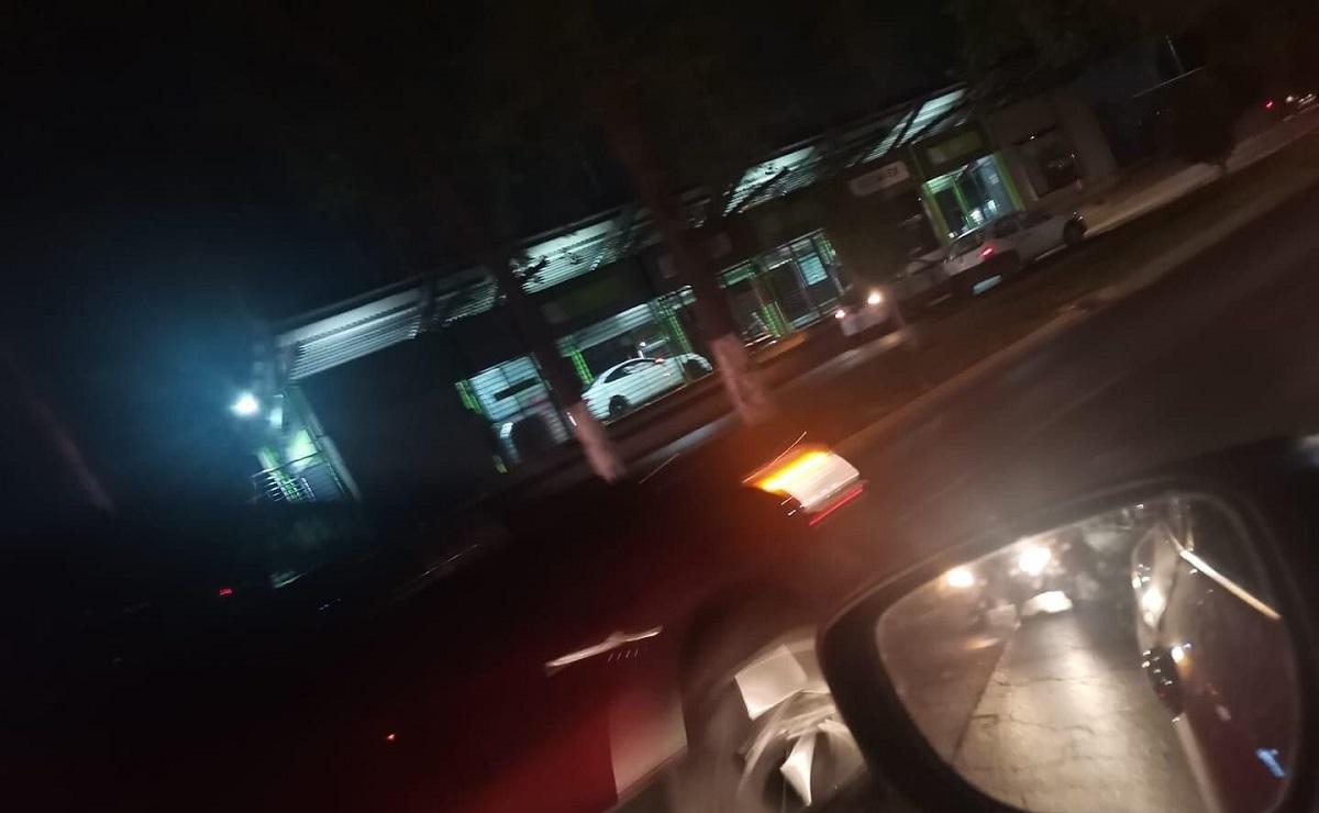Conductor choca auto de lujo contra estación de Mexibús y huye, iba alcoholizado