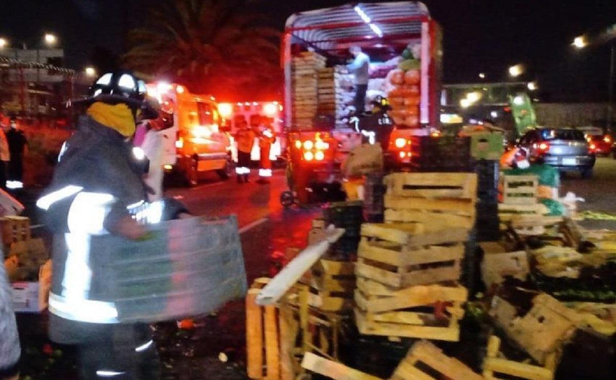Por exceso de velocidad, vuelca camioneta que transportaba frutas y verduras en Ecatepec