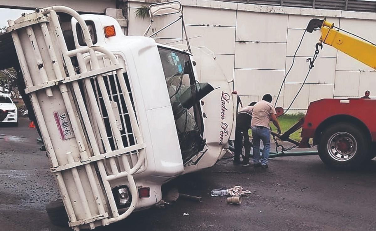 Le falla la pericia al conductor de una pipa y termina tendido de lado, en Morelos