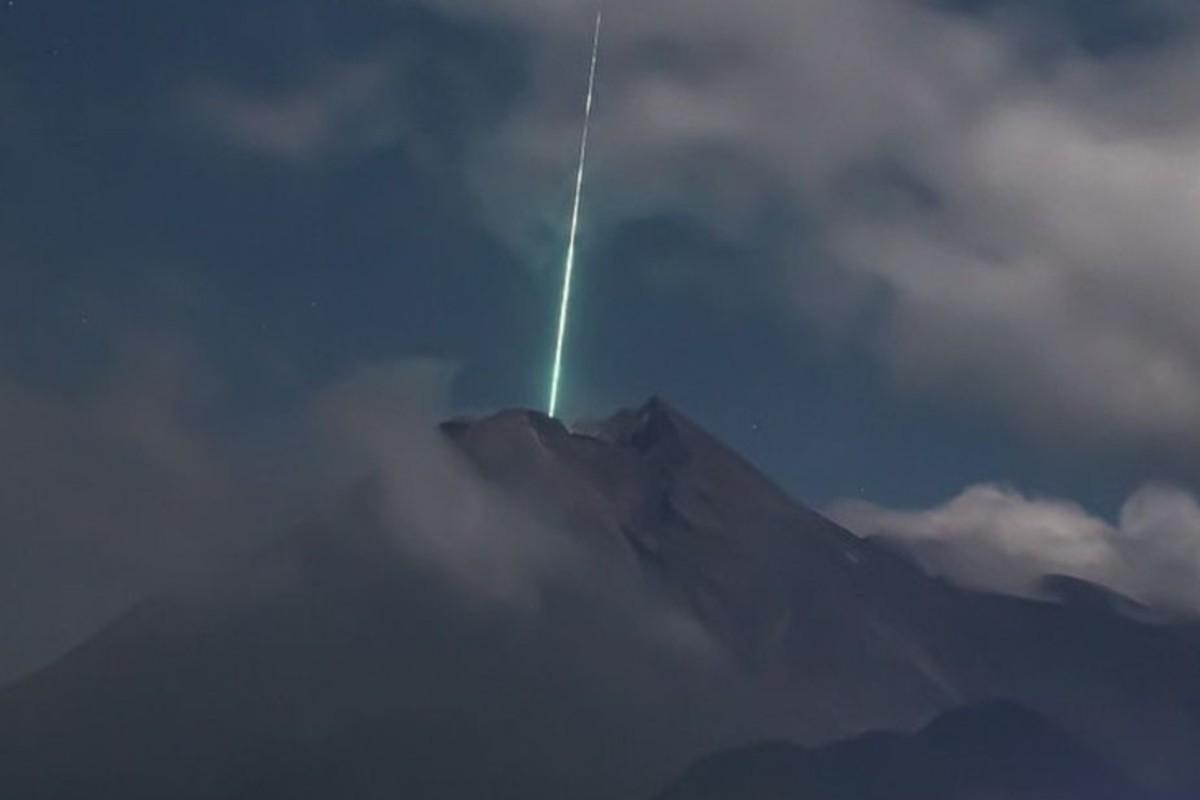 Captan en video el momento en el que un meteoro cae sobre un volcán activo, en Indonesia