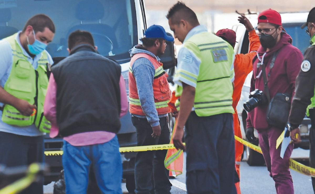Motociclista tendido choca contra camión y huye al ver muerta a su pasajera, en Edomex