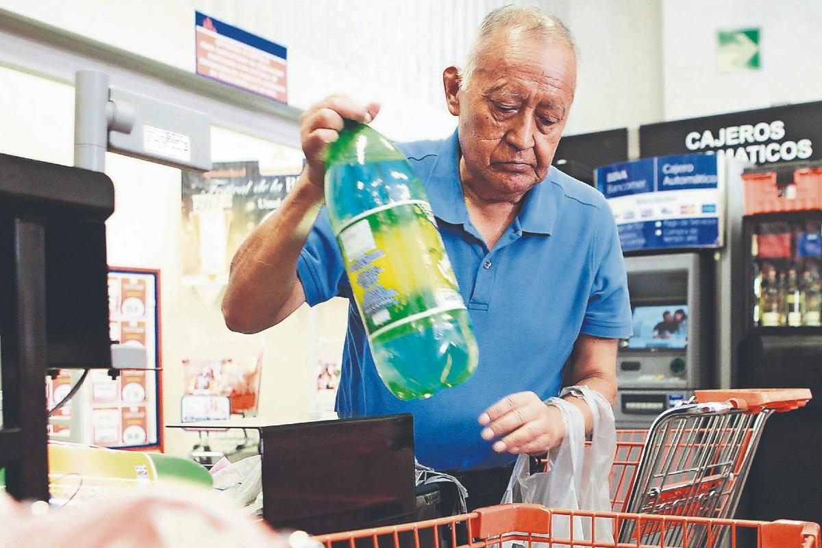 Piden plan de trabajo para empacadores de la tercera edad en CDMX, ante rechazo en tiendas