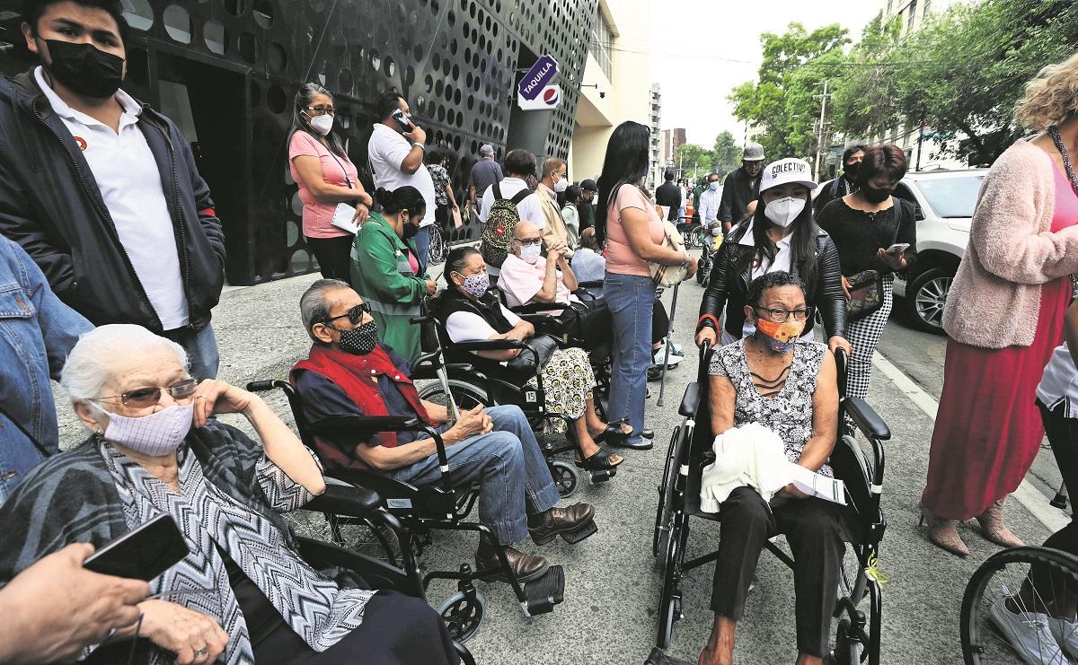 Entre largas filas y caos, aplican segunda dosis de vacuna a adultos mayores en la CDMX