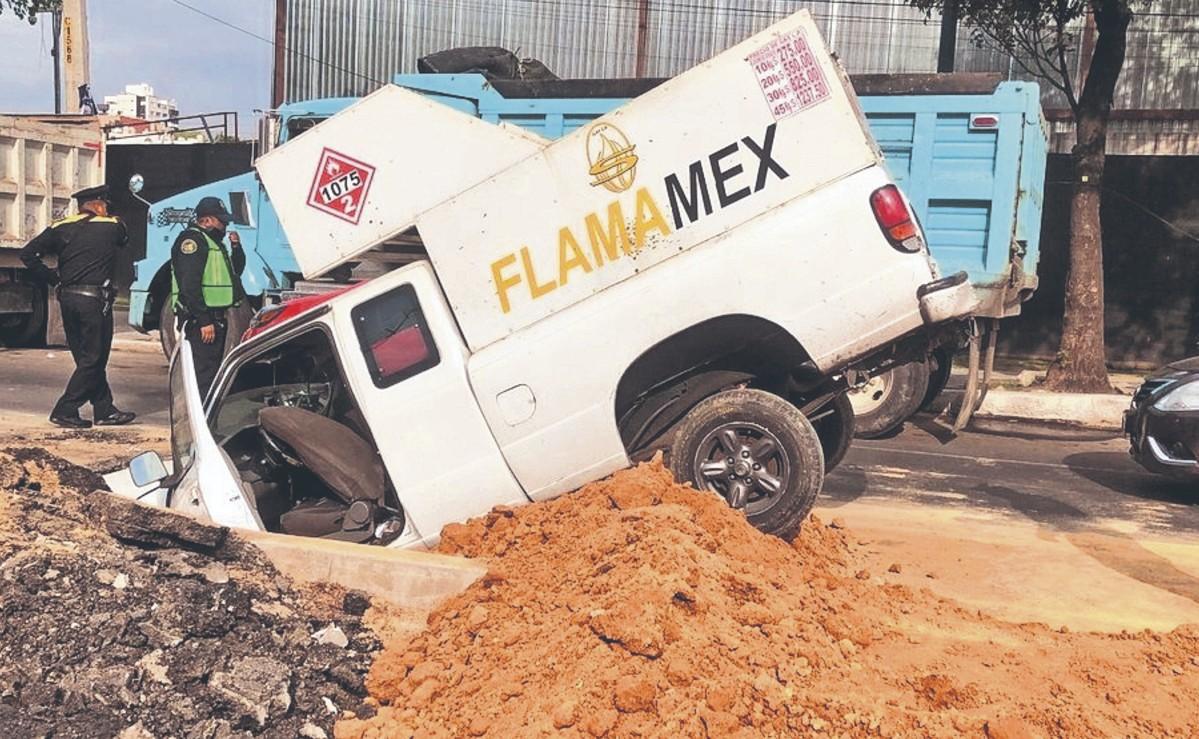 Gasero descuidado ensarta camioneta con cilindros en profundo hoyo, en CDMX