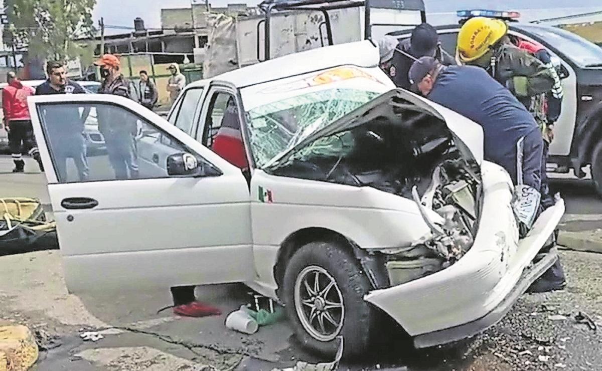 Taxi se estrella contra autobús que se dirigía a un mitin político, en el Edomex