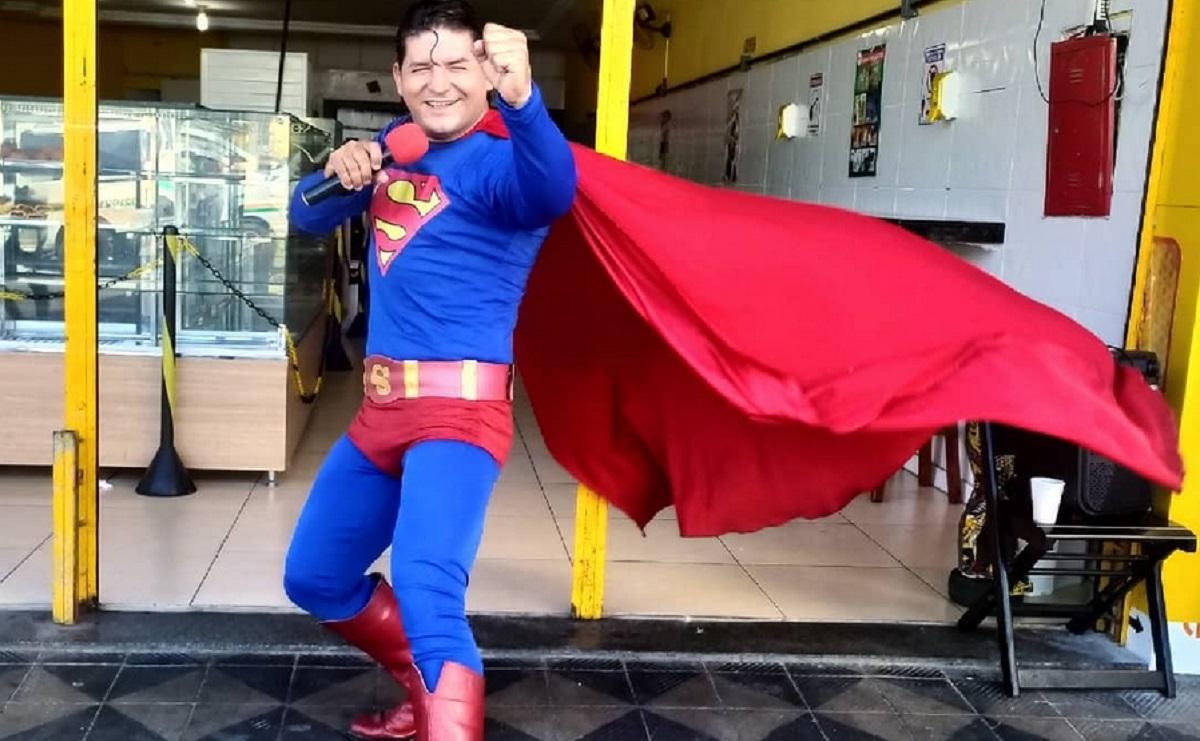 Superman brasileño intenta detener autobús y lo atropellan