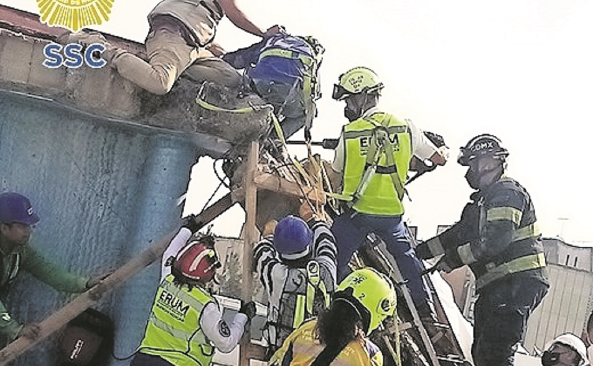 Socorristas auxilian a hombre que se le cayó una barda de edificio en demolición en CDMX