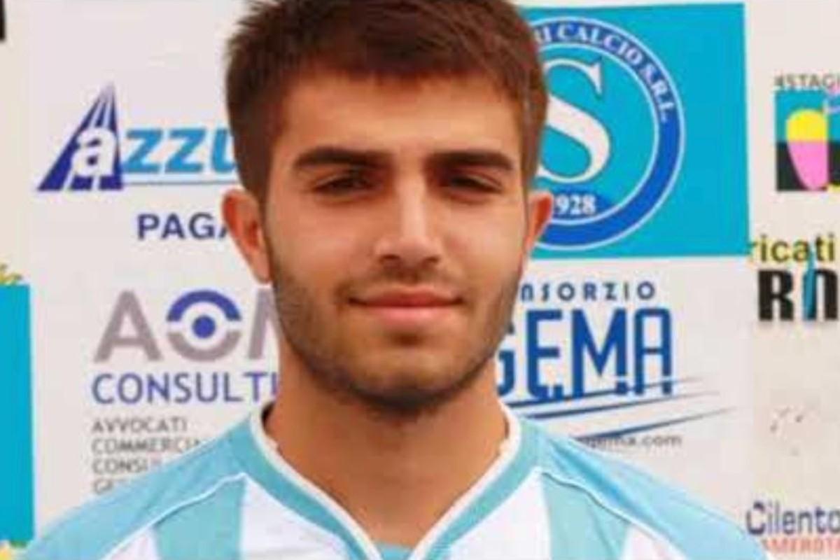 Futbolista muere en pleno partido de homenaje a su hermano fallecido, en Italia