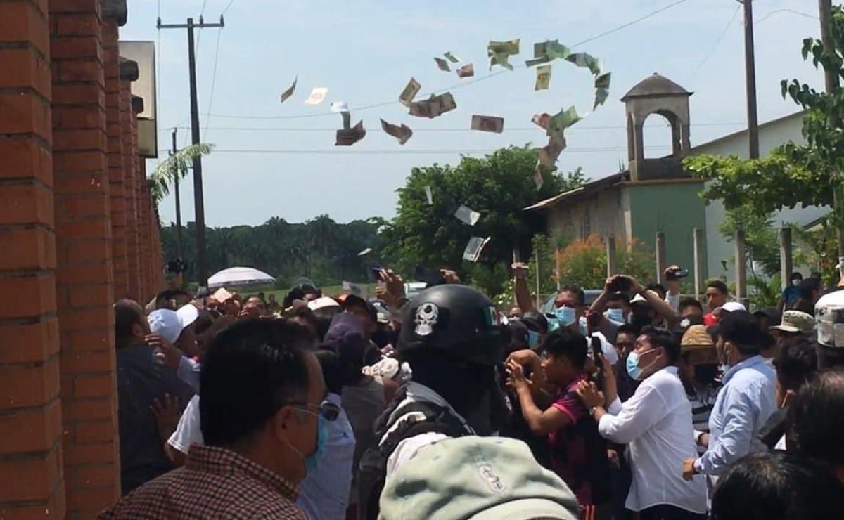 Golpean a mujeres en Oaxaca por presunta compra de votos, dinero sale volando