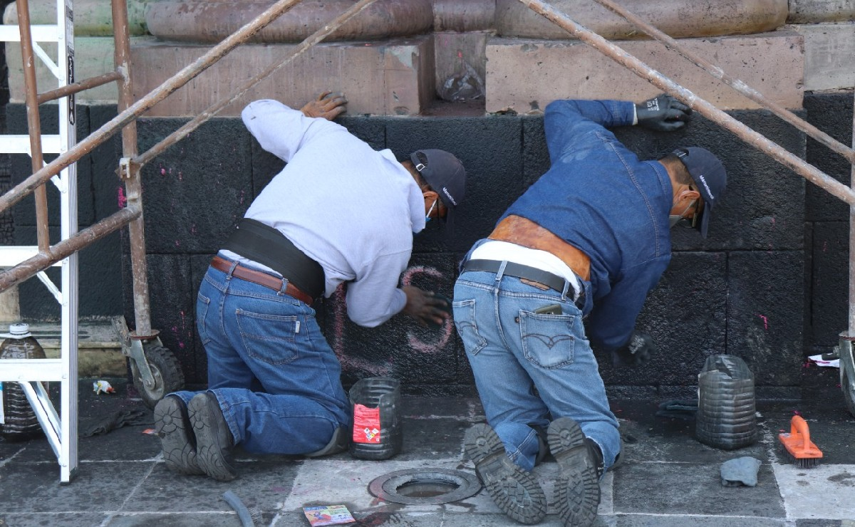 Nada contentos, trabajadores limpian pintas en Toluca tras marchas feministas