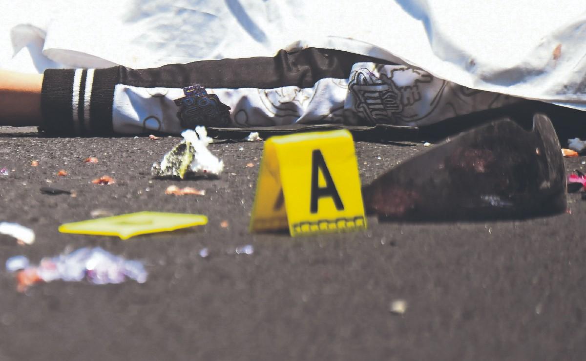 Mujer que iba en moto se descontrola por cables tirados y muere mutilada por tráiler, CDMX