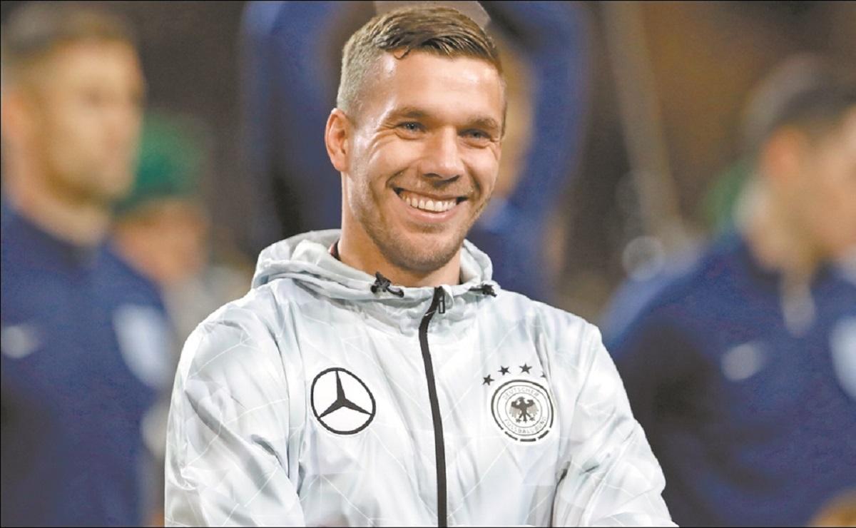 """No te arrepentirás"", Antonio Valencia invita a Podolski a fichar con Querétaro"