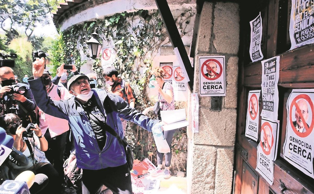 """Comité 68 atacó con huevos la casa del expresidente Luis Echeverría, le gritaron """"asesino"""""""