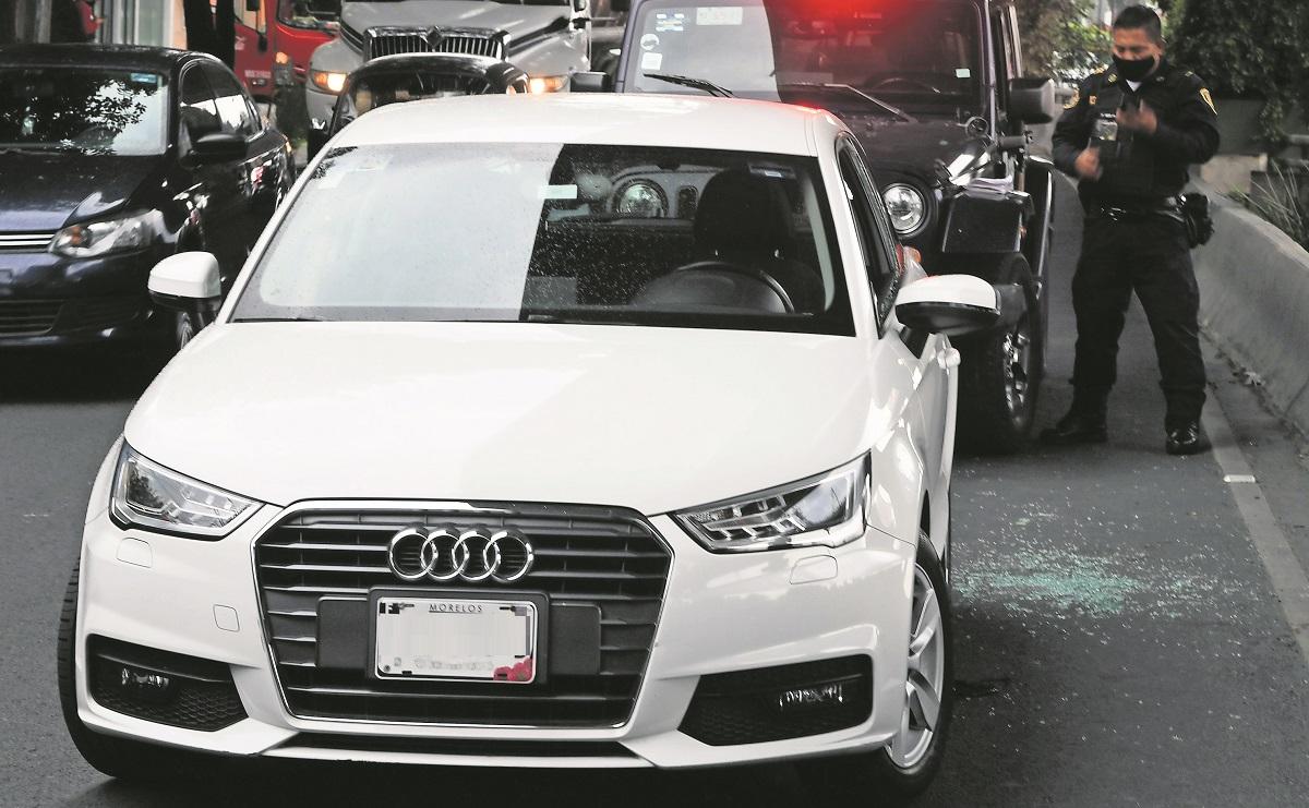 Acribillan a conductor de auto de lujo en Periférico Sur, sicarios huyen en taxi