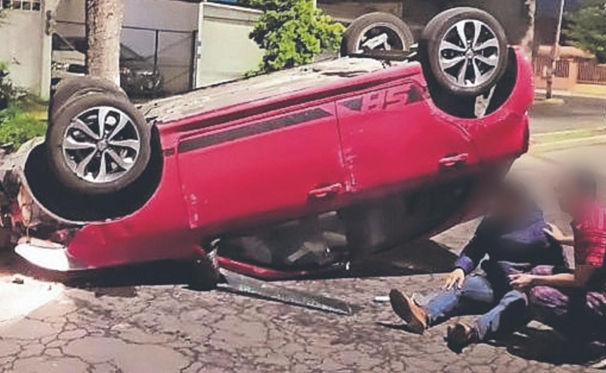 Chavo se avienta unos tragos y vuelca su auto al ir tendido, en Metepec