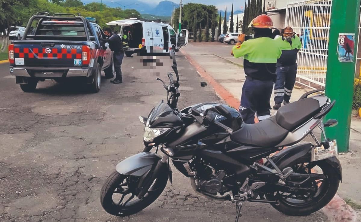 Biker fallece tras ser atropellado por conductor de camioneta que logró huir, en Morelos