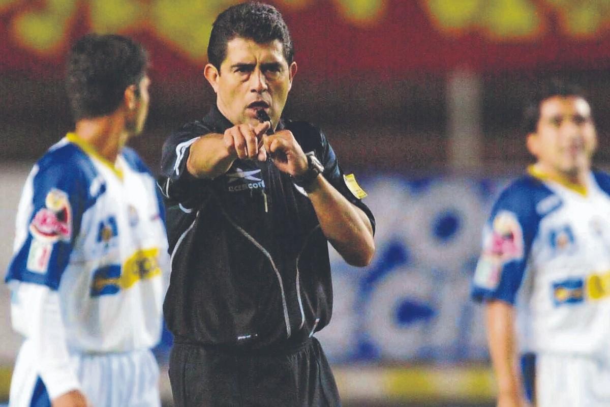 Gilberto Alcalá aprendió de sus hermanos, hasta ser uno de los mejores árbitros de México
