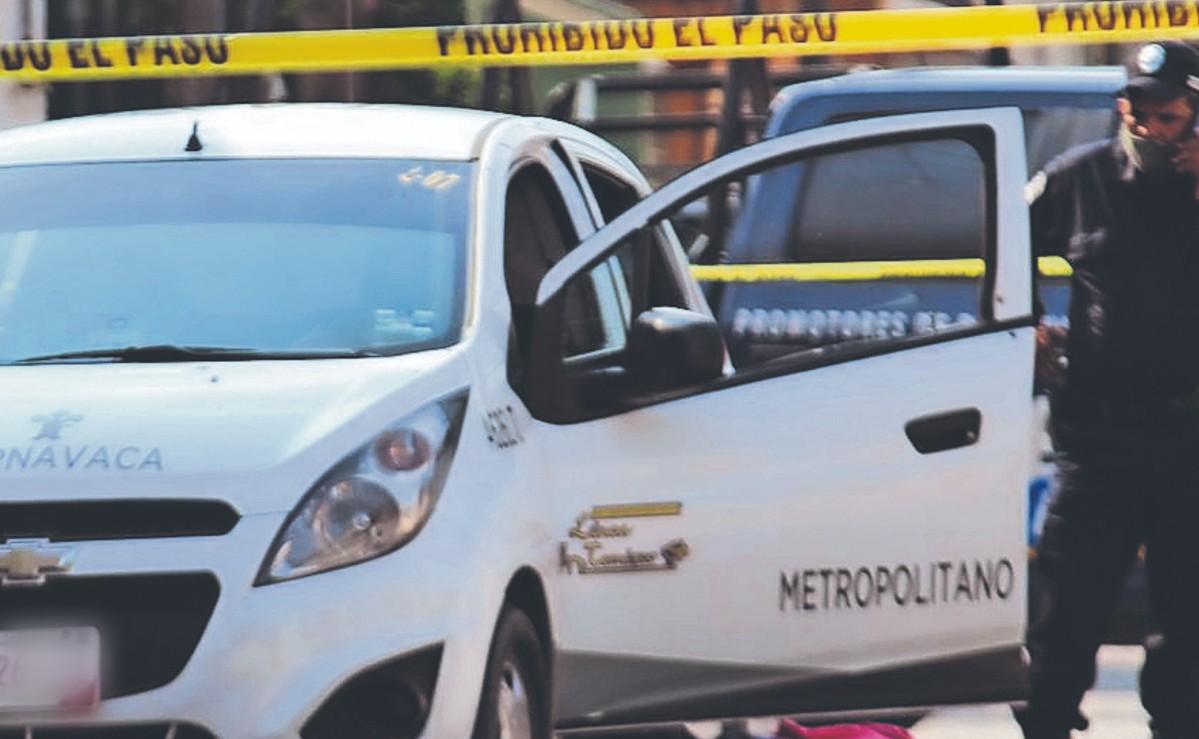 Sicarios asesinan a balazos a taxista desde una motocicleta en movimiento, en Morelos