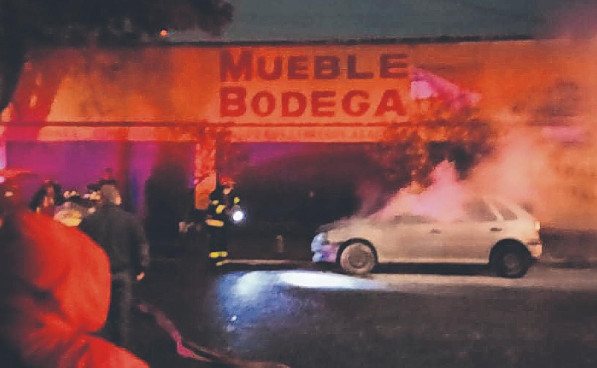 Vehículo se incendia de repente en Toluca, conductor libra las llamas tras salir corriendo