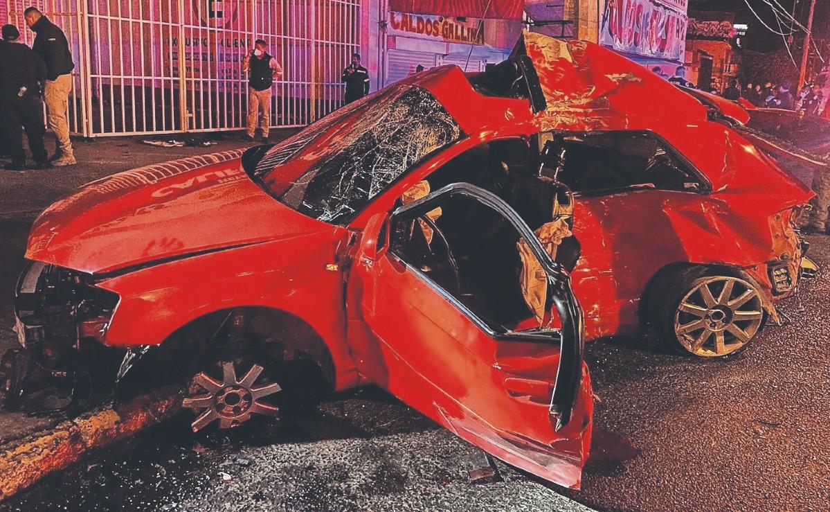 Choca auto con 10 ocupantes en Avenida Central de Ecatepec y mueren 4, así estuvo de sangriento