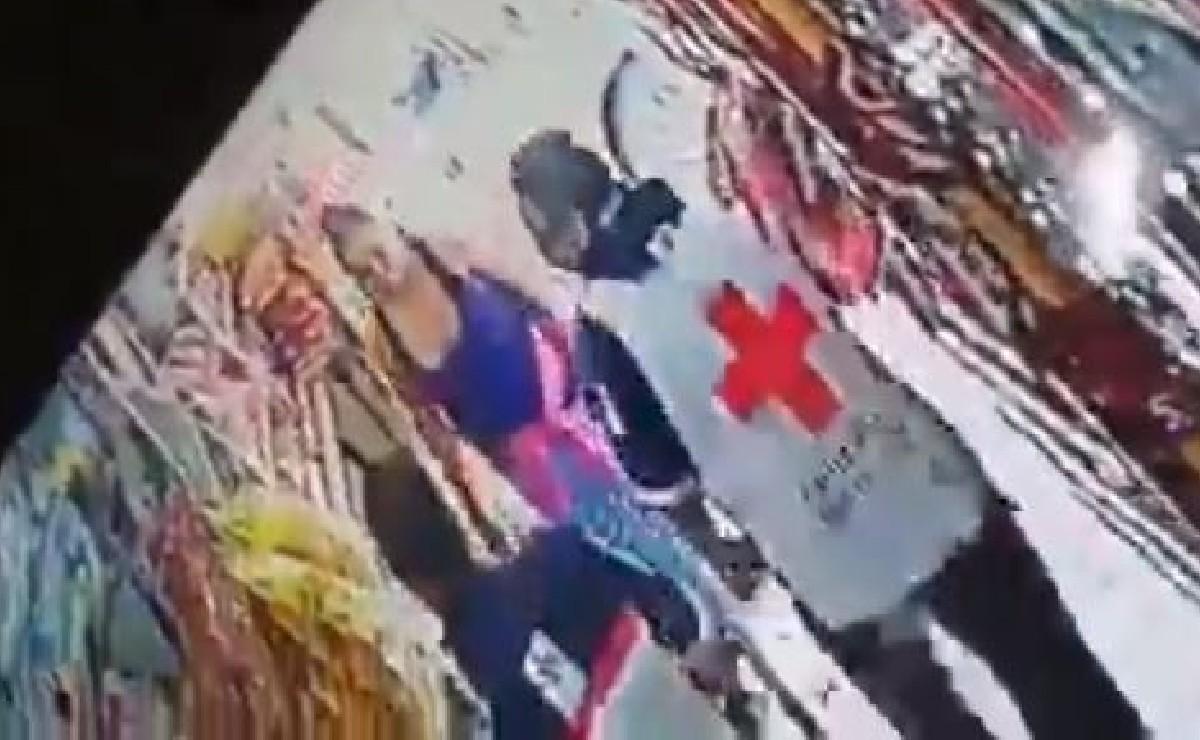 Video capta a presuntos paramédicos de Cruz Roja robando un banco en la Ciudad de México
