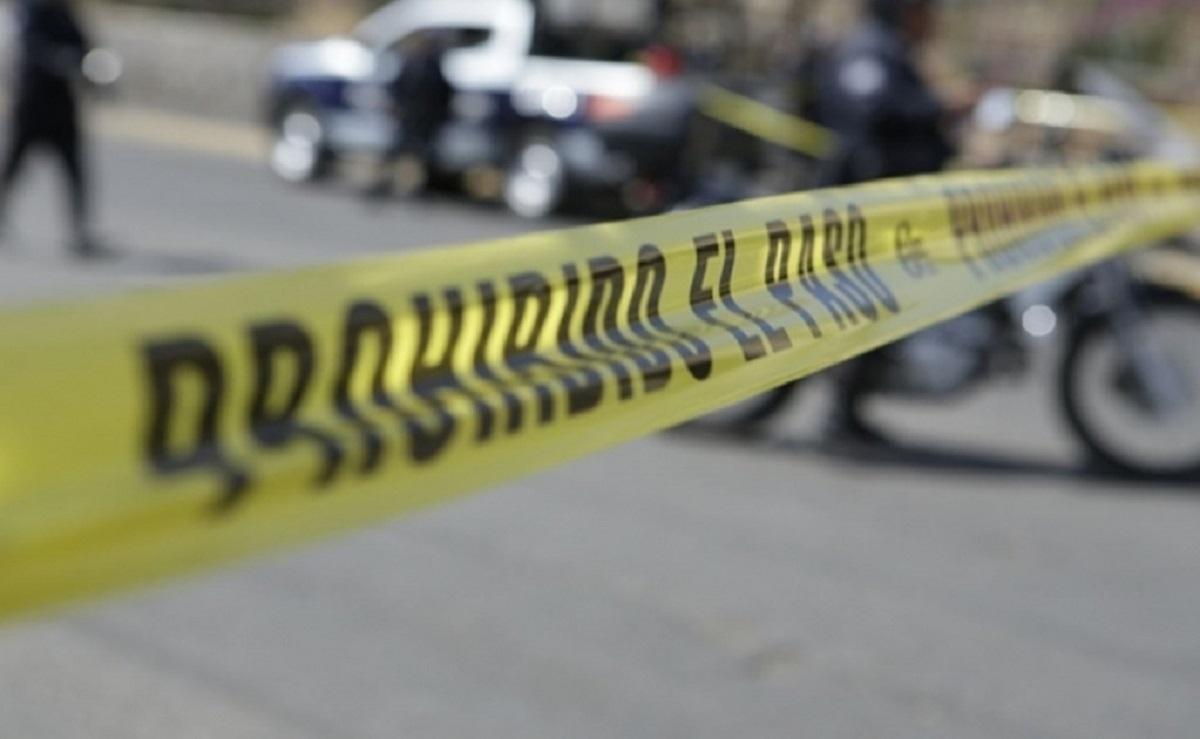 Hombre pierde control de su moto, se estrella contra camión y se parte la cabeza en Morelos