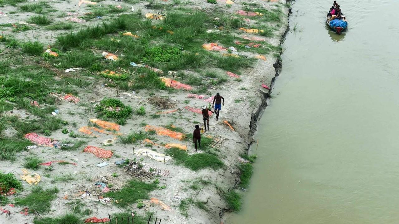 Cuerpos de víctimas de Covid emergen de un río al que fueron arrojados, en la India