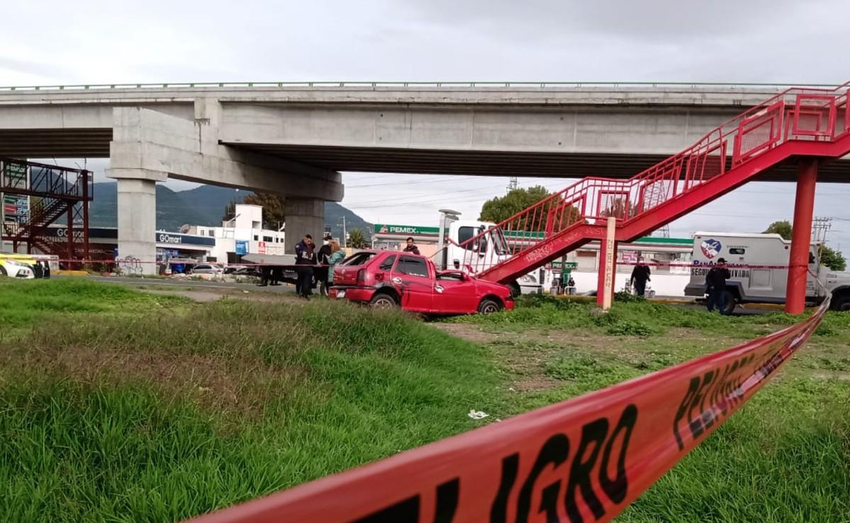 Mujer copiloto sale proyectada y muerte, tras fuerte choque contra puente en el Edomex