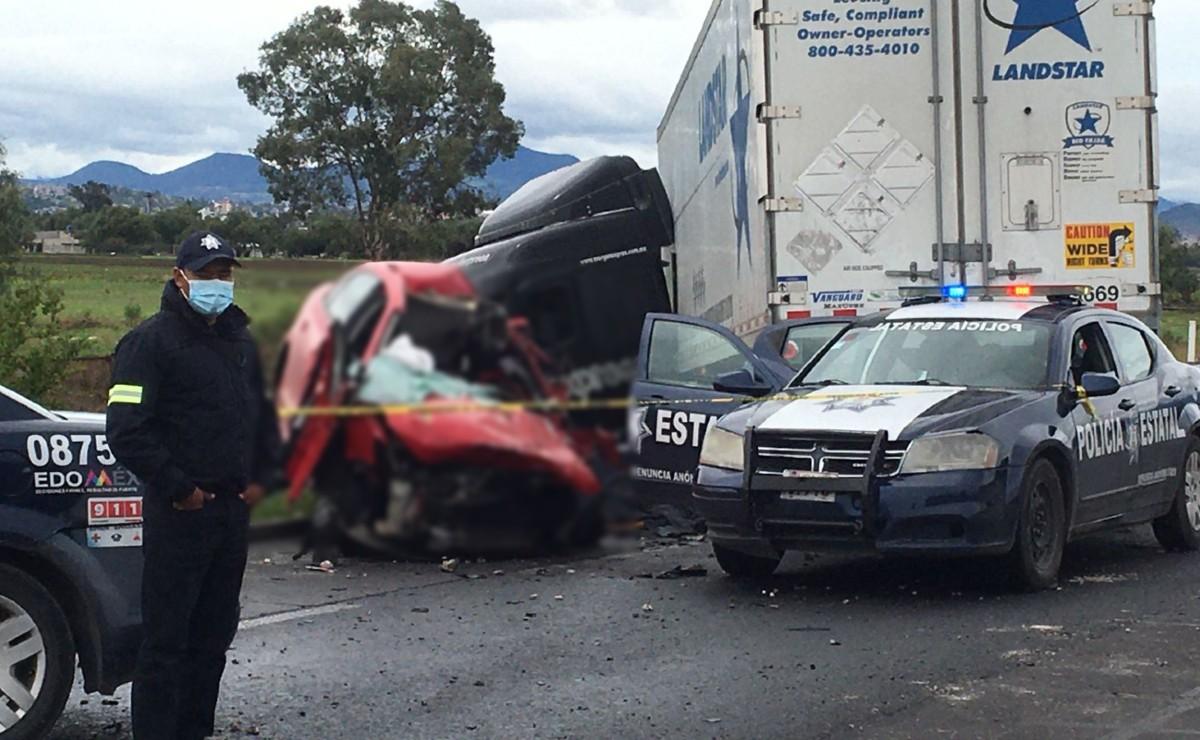 Trailero invade carril y despedaza coche con dos vidas adentro, en Circuito Interior Mexiquense