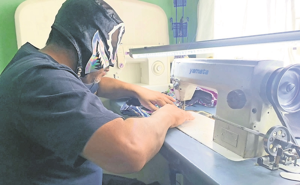 Luchador morelense es taxista y también confecciona máscaras, para afrontar la crisis