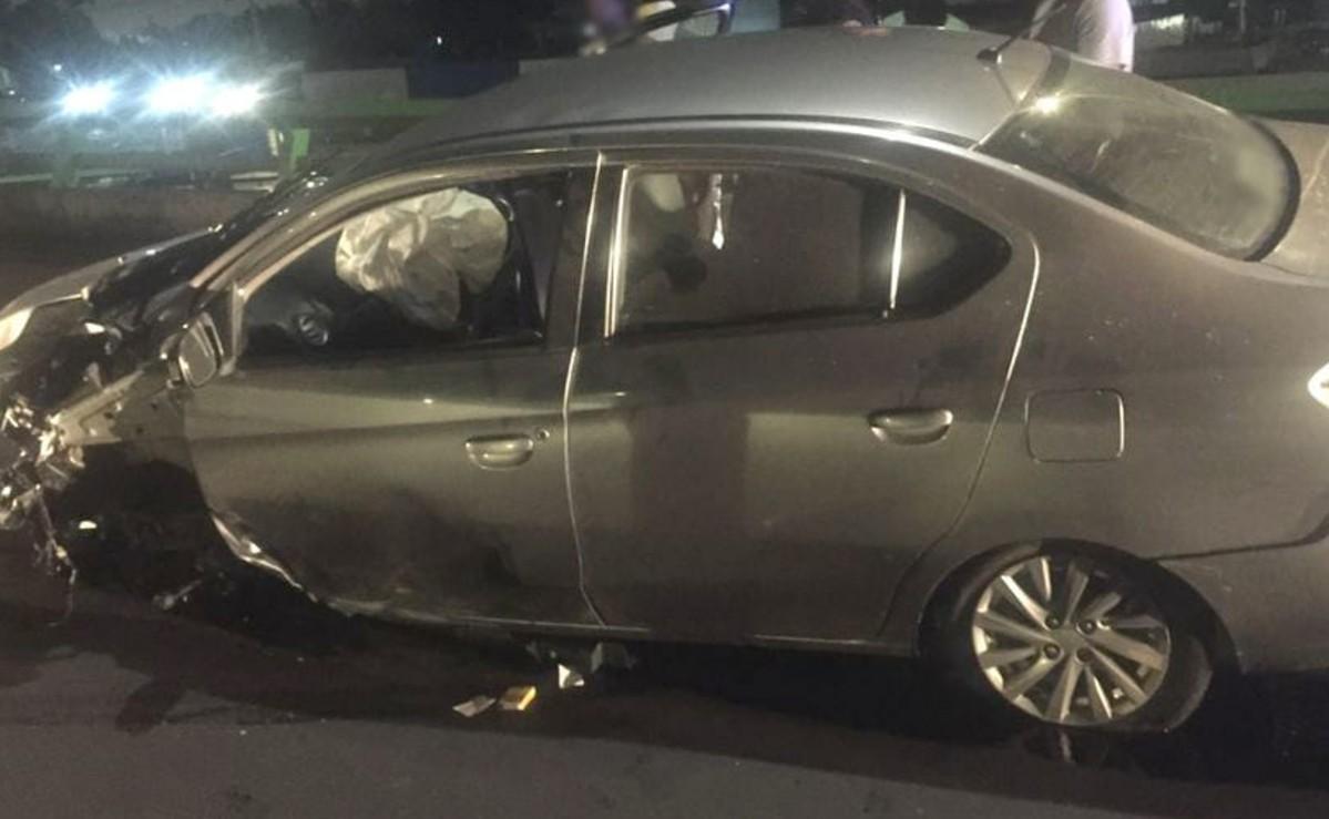 Automovilista derribara dos postes y se estrella contra muro de contención, en Coyoacán