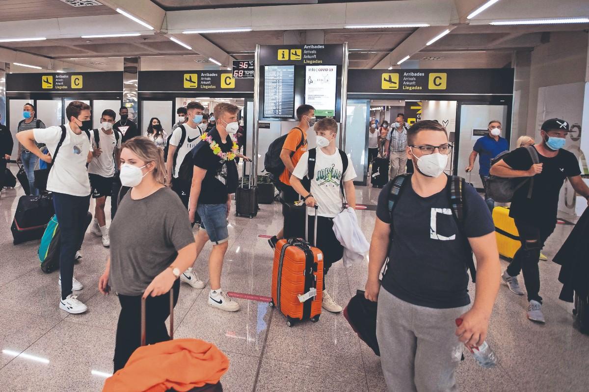 """Fiesta por fin de curso provoca """"macrobrote"""" de Covid entre miles de jóvenes, en España"""