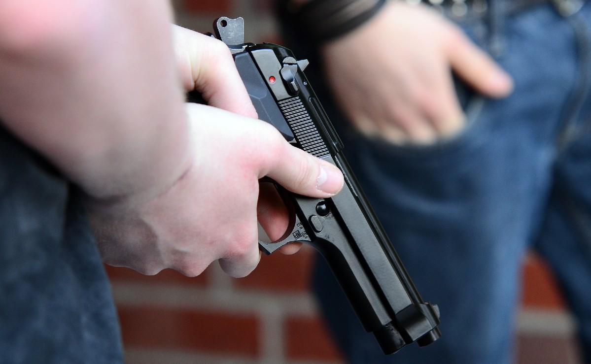 Vecinos propinan brutal golpiza a sujeto por robar con un arma de juguete, en Chalco