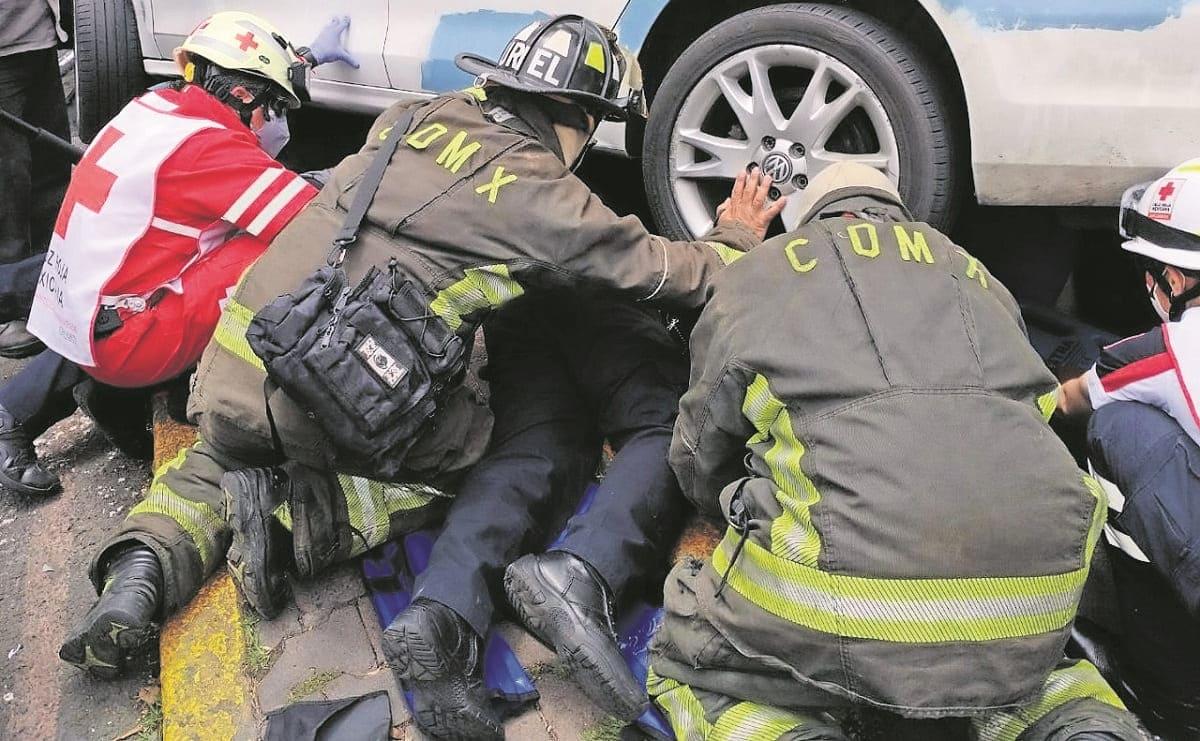 Ciclista es atropellada por un automovilista, queda bajo auto y se salva en la CDMX