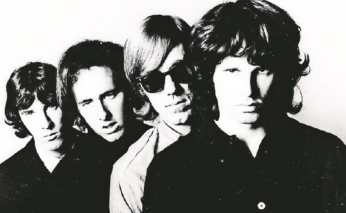 A 50 años de su muerte, Jim Morrison recibe homenaje en su tumba en París