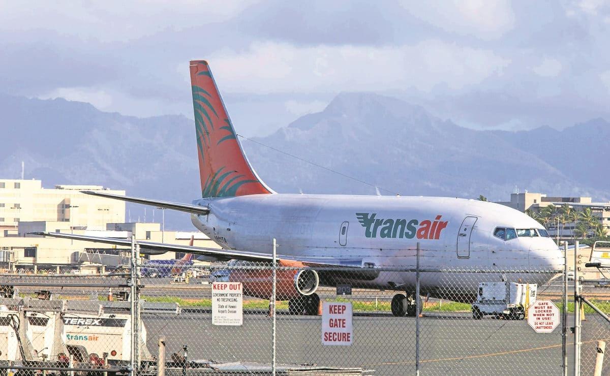 Avión de carga Boeing ameriza de emergencia frente a Hawái, se salvan dos pilotos